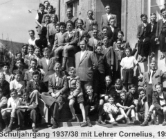 JG 1937/38 Schuljahrgang mit Lehrer Cornelius 1952