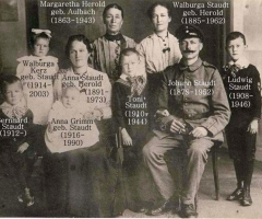 Staudt Johann mit Familie Leidersbacher Gässchen 1915