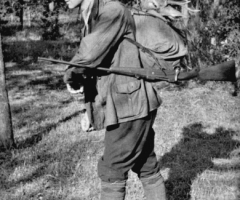 Wüst Heinrich Jäger mit Reh im Rucksack 1950