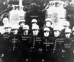Feuerwehrmannschaft beim Aufzug der Glocken 1950